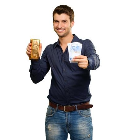 lingote de oro: Joven Sosteniendo divisa y el bar del oro en fondo blanco
