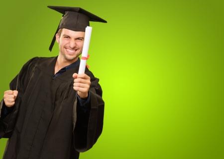 fondo de graduacion: Hombre joven en Certificado de Graduaci�n vestido Holding On fondo verde