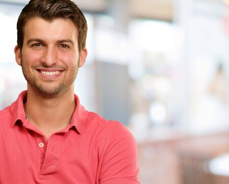 uomo felice: Ritratto di giovane uomo sorridente, sfondo Archivio Fotografico