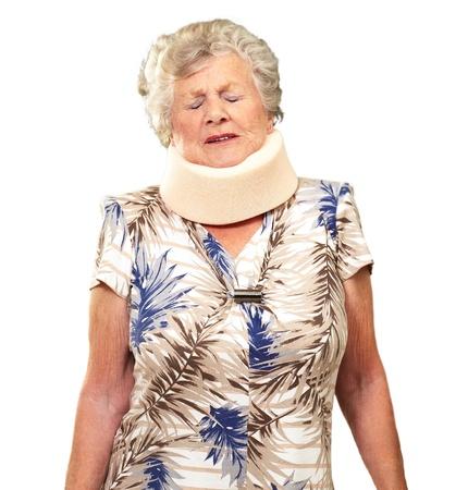 cervicales: Una mujer mayor que llevaba un Neckbrace en el fondo blanco