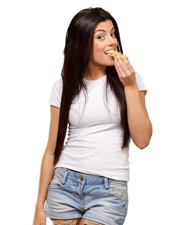 barra de cereal: Mujer comiendo una barra de cereal en el fondo blanco
