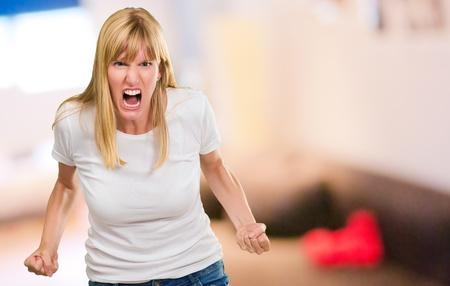 mujer enojada: Retrato De La Mujer enojada en su casa, en el interior