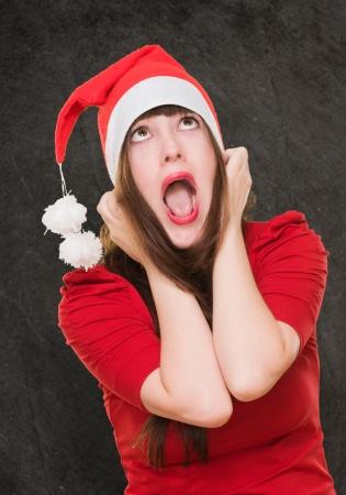 yeux tristes: femme a soulign� coiff� d'un chapeau de No�l sur un fond grunge