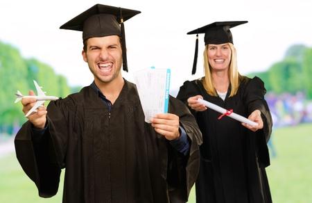 degree: Ritratto di due studenti laureati Felice, Ambientazione esterna