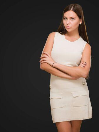 mani incrociate: Bella giovane donna in posa su uno sfondo nero