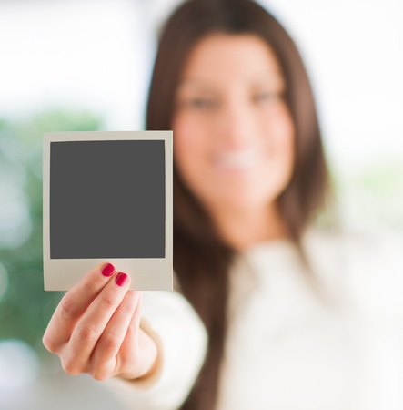 Woman Holding blanco de la foto instant�nea, Interior photo