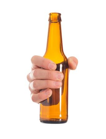 botellas vacias: Primer plano de la mano que sostiene la botella de cerveza vac�a en el fondo blanco