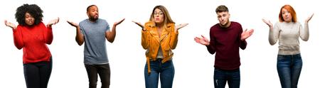 Groep coole mensen, vrouw en man twijfelen aan meningsuiting, verwarren en verwonderen zich concept, onzekere toekomstige schouders ophalen