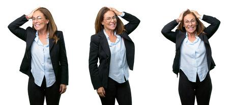 Donna d'affari di mezza età terrorizzata e nervosa che esprime ansia e gesto di panico, sopraffatta su sfondo bianco Archivio Fotografico - 101476260