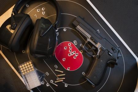 ピストル、ターゲットおよび弾薬 写真素材 - 20823423