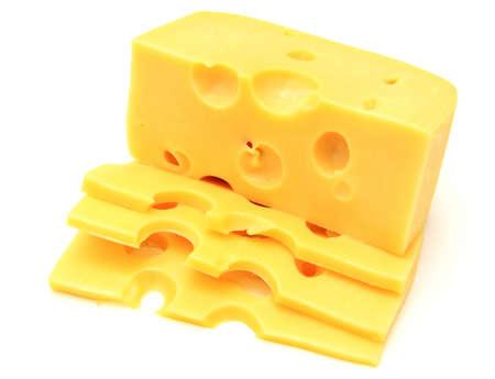 pieza de queso aislado en un fondo blanco