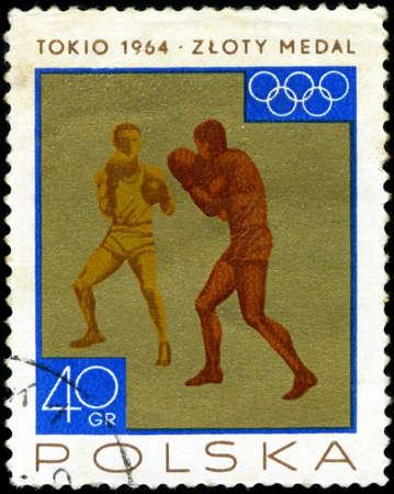 deportes olimpicos: POLONIA - CIRCA 1965 un sello impreso en Polonia muestra el boxeo, medalla de oro ganada por el equipo polaco en 1964 los Juegos Olímpicos de Tokio, alrededor del año 1965
