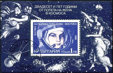 tereshkova: BULGARIA - CIRCA 1988: Un timbro stampato in Bulgaria dedicato al 25 � anniversario della fuga del 1 � donna (Valentina Tereshkova) nel cosmo, intorno al 1988, la Bulgaria Editoriali