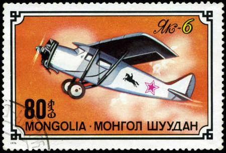 sello postal: MONGOLIA-alrededor de 1976: Un sello impreso en Mongolia muestra de aviones de Jak-6, la serie, alrededor del a�o 1976
