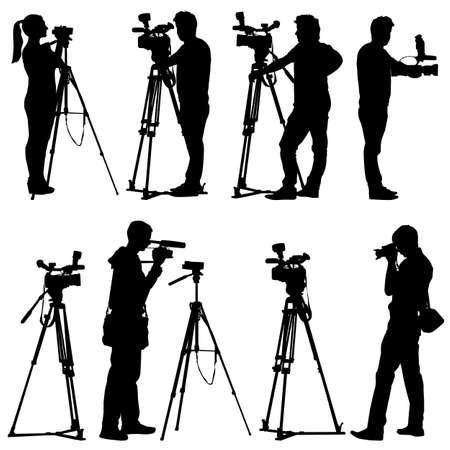 hombre disparando: Cameraman con siluetas de cámara de vídeo en el fondo blanco