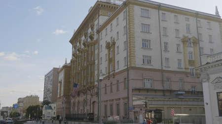 Um Fahnenmast Flagge der USA in Russland Moskau gewickelt. Standard-Bild