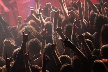 concierto de rock: Multitud meciéndose en el concierto
