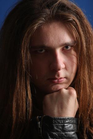 hair man: Les cheveux longs homme pens�e