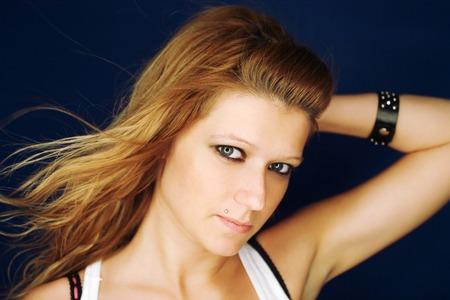 rocker girl: Retrato de una muchacha joven y atractiva del eje de balanc�n