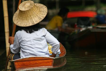 damnoen saduak: Local people in Thailand living and trading on the river - Damnoen Saduak floating market near Bangkok