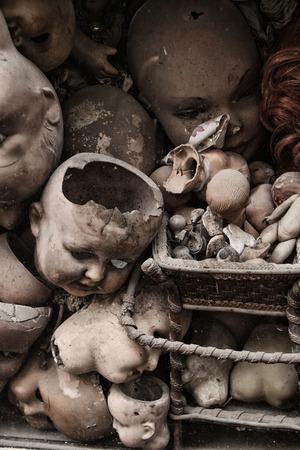 (いくつかの白いほこりスポット) と恐ろしい人形のヘッド 写真素材