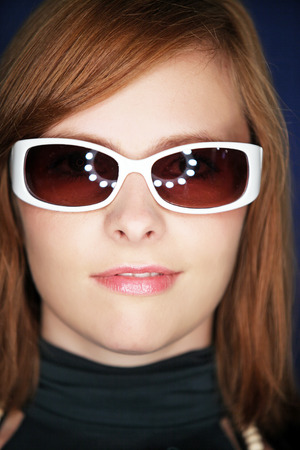 sole occhiali: Attraente ragazza con occhiali da sole