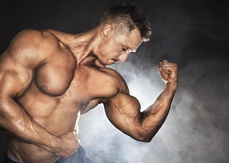attractive male: Culturista masculino atractivo que muestra su b�ceps Foto de archivo