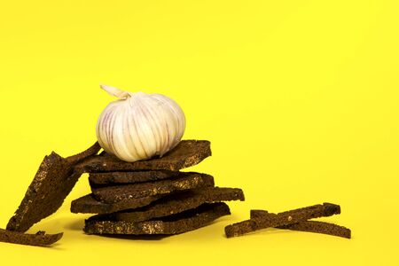Rye crackers with caraway seeds and garlic on a yellow background. Beer appetizer. Copy space. Zdjęcie Seryjne