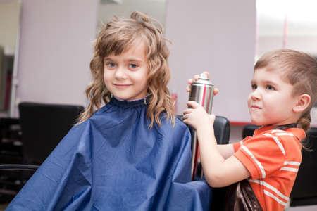 coupe de cheveux homme: gar�on et fille dans salon de coiffure