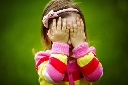 petite fille triste: b�b� joue � cache-cache cacher le visage