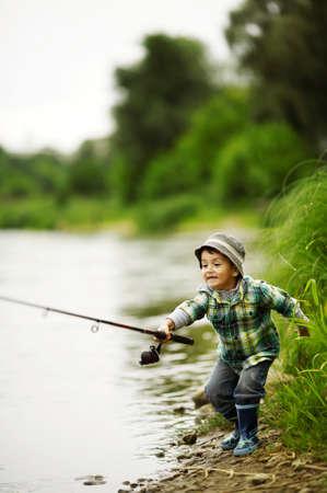 ein kleiner Junge Angeln Standard-Bild