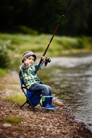 pesca: un ni�o peque�o pesca
