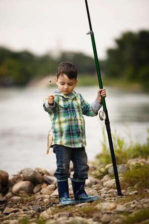 hengelsport: een kleine jongen vissen