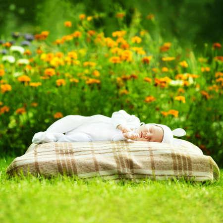 dolce bambino dorme con il costume da coniglio photo