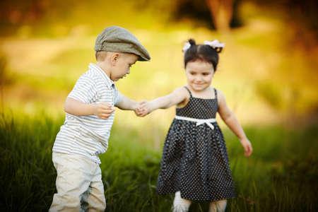 niño y niña: muchacho que sostiene mano muchacha s
