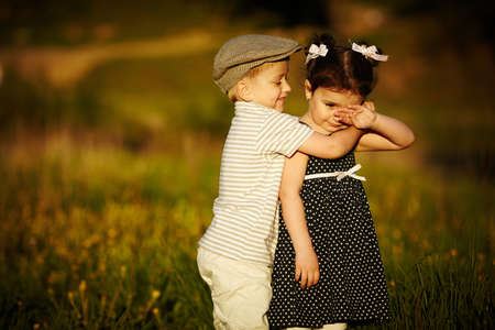 pareja abrazada: muchacho feliz y chica