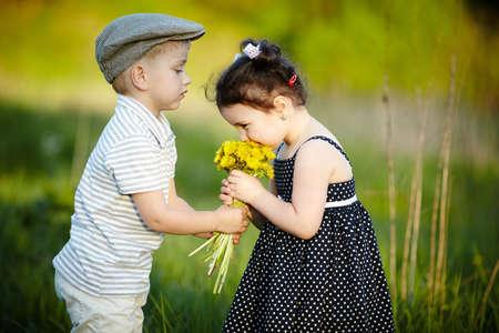 leuke jongen en meisje op zomer veld