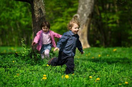 enfant qui court: petit gar�on et une fille fugue