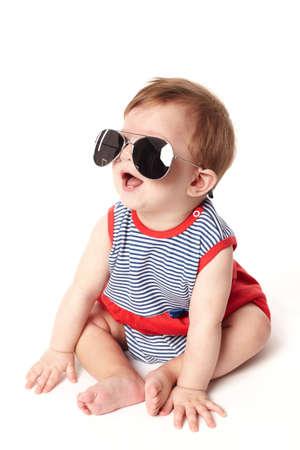 cute del bambino felice con occhiali da sole isolato su sfondo bianco