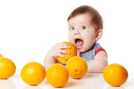 frutas divertidas: lindo beb? con naranja aislado en blanco Foto de archivo
