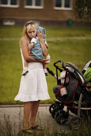 母親は泣いている娘を落ち着かせ 写真素材