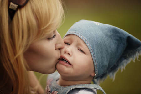 Mutter beruhigt sie weinen Tochter