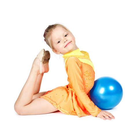 Bella ragazza ginnasta con una palla isolato su bianco