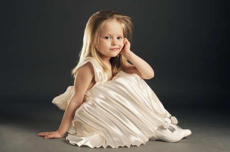 niño modelo: hermosa niña rubia con el pelo largo