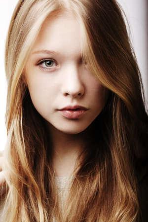 아름다운 금발 사춘기 소녀의 초상화