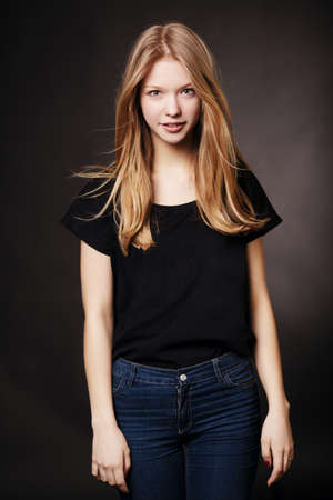 美しいブロンドの十代の少女の肖像画