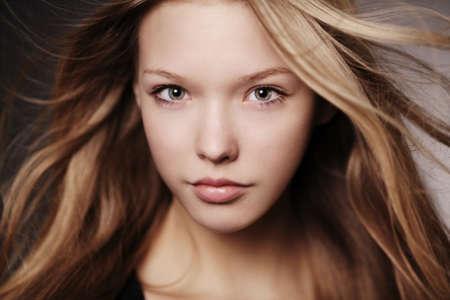 schöne Teenager-Mädchen Porträt mit windigen Haar