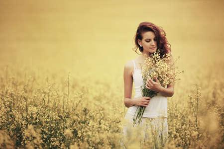 黄色のフィールドで美しい少女