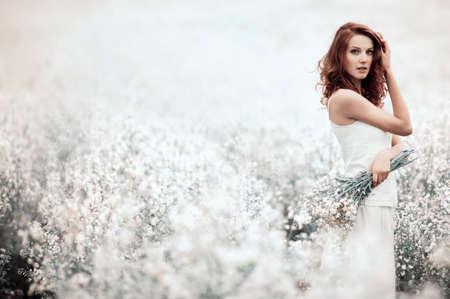 フィールドの美しく官能的な少女 写真素材
