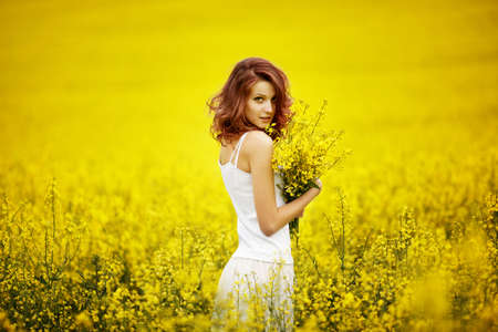 young beautiful girl in the field Imagens